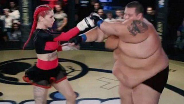 Insólito combate en Rusia: una luchadora de MMA noqueó a un youtuber de 240 kilos