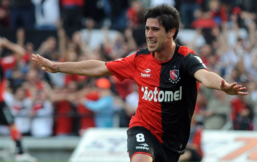 El volante Pablo Pérez festeja el gol de cabeza que acaba de convertir para abrir el marcador. (Foto: A. Celoria)