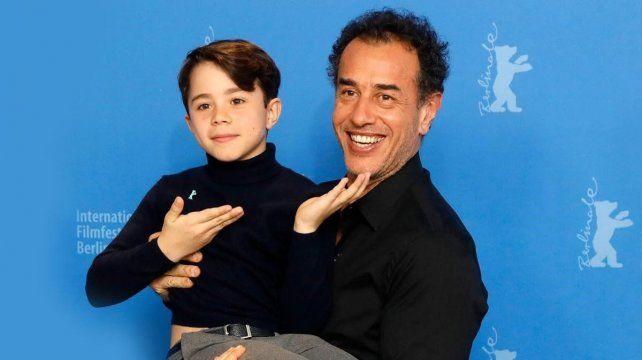 El director junto a Federico Ielapi, el niño protagonista.