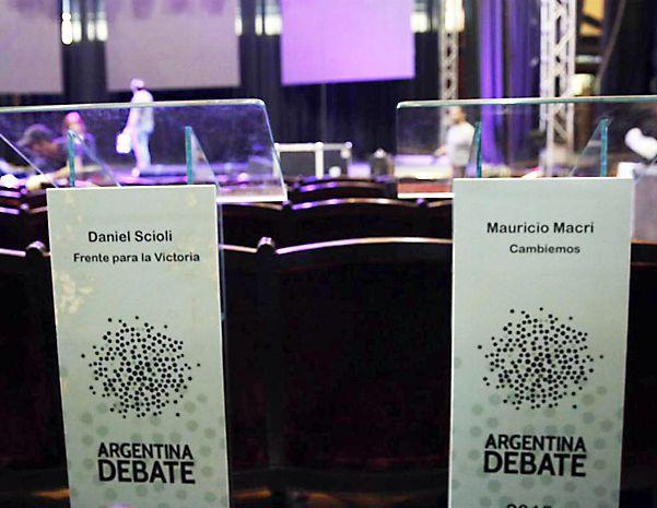 Todo listo. Los organizadores trabajaron ayer en la puesta a punto de la sala en la que se realizará el debate.