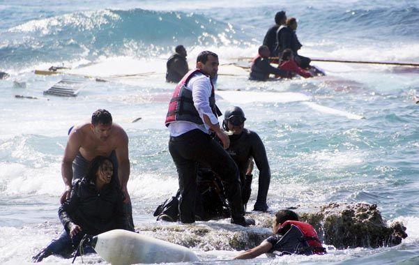 Dramático. Rescatistas ayudan a los sobrevivientes del naufragio de ayer frente a la isla de Rodas