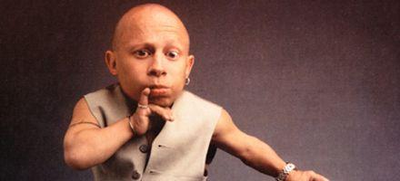 El Mini-Me en Austin Powers, demandó a sitio de internet por difundir video sexual