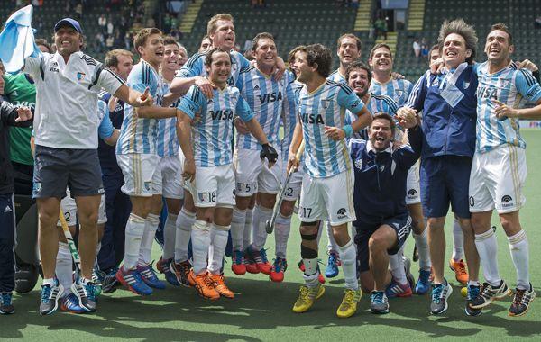 Los Leones festejan la victoria ante los británicos y la medalla de bronce.