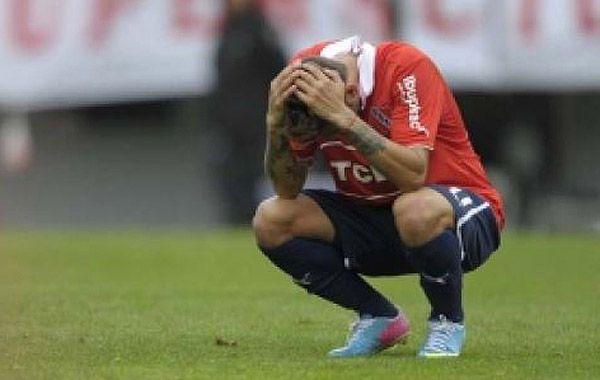 Rojo de vergüenza. Ahora acusaron a un futbolista del plantel por abuso sexual.