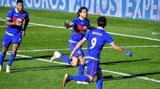 Pablo Magnín festeja junto a sus compañeros el primer gol de Tigre ante el Rojo.