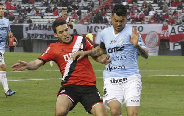 Luchado. Temperley lo jugó de igual a igual. Como lo muestran Aguirre y Mayada al pelear la pelota.