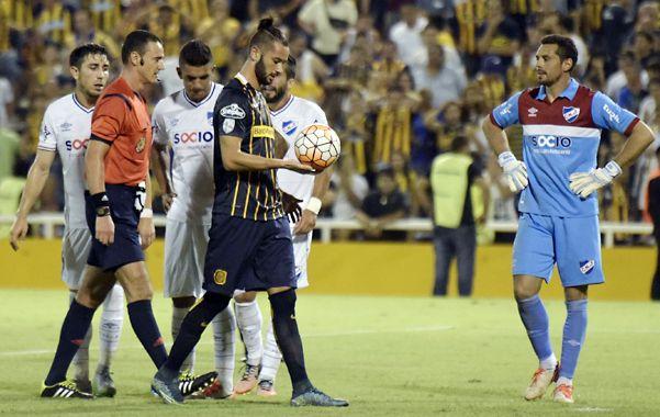 Larrondo prepara la pelota en el punto penal. El delantero volvió a salvar a Central de la derrota.