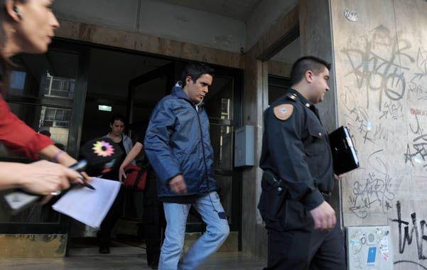 Adentro. Funcionarios judiciales y policiales allanaron el departamento de avenida Córdoba 3005