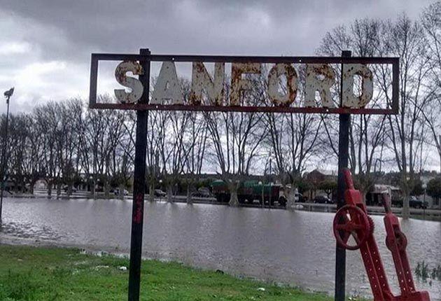 El agua sobrepasó el terraplén construido en 2007 e inundó la mitad de la localidad. (Foto: Twitter)