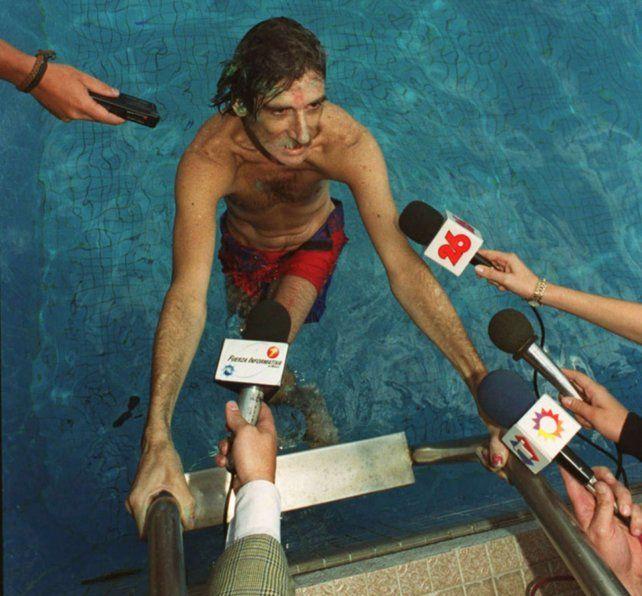 Mendoza, marzo del 2000: Charly acaba de tirarse a una pileta desde un noveno piso y los micrófonos lo aguardan.