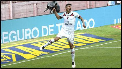 Nicolas Castro, de gran primer tiempo, celebra su primer gol. Newells cortó una racha sin triunfos y volvió a ganar en Lanús.