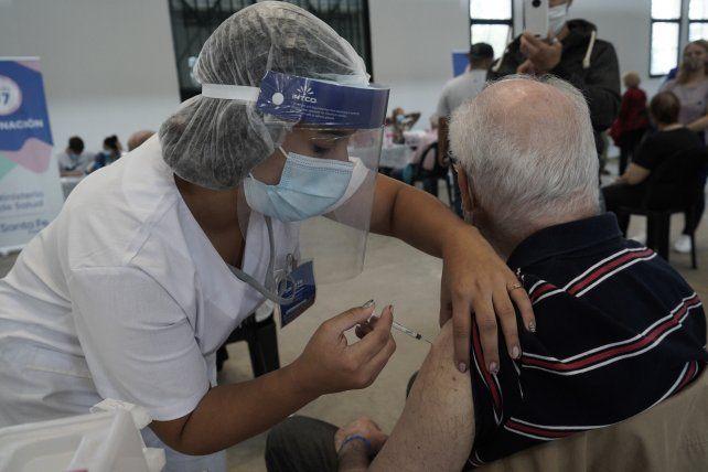 En Rosario la población a vacunar es de 751.870 personas mayores de 18 años