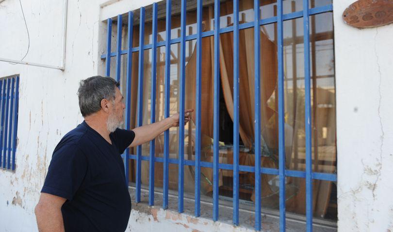 Alberto Perassi muestra los vidrios rotos de su taller. (Foto: S. Suárez Meccia)