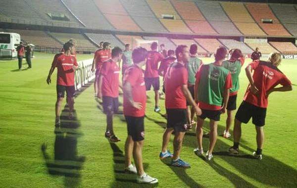 El plantel de Newells llega al estadio colombiano donde mañana hará su presentación.
