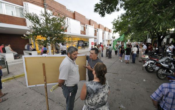 Protesta. Quiroga (junto a Alberto Perassi) en la puerta del Granaderos a Caballo. Exigen mejoras.