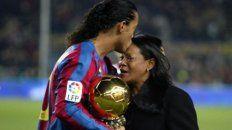 Ronaldinho y su madre Miguelina, en la época dorada del brasileño en Barcelona.