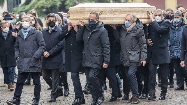 Excompañeros del exfutbolista Paolo Rossi cargan su féretro previo al sepelio en Vicenza.