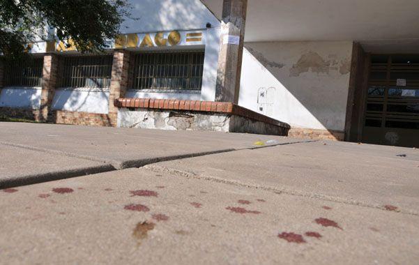La escena. A la salida de la escuela quedaron sobre la vereda los rastros de sangre tras el brutal enfrentamiento.