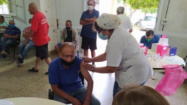 Más de 45 personas se vacunaron contra el coronavirus en el Refugio Municipal de Grandoli al 3400.
