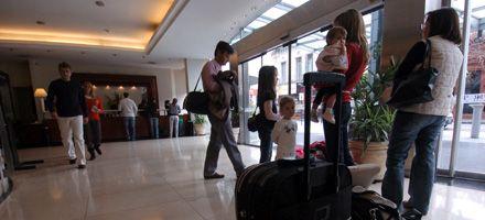 Alertan por caídas de reservas hoteleras y vaticinan un verano con poco turismo