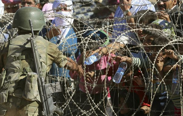 La llegada de decenas de miles de kurdos sirios a Turquía siguió ayer por tercer día consecutivo.