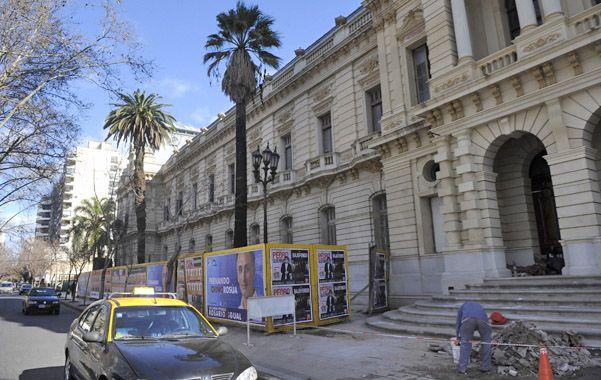 Escalinatas. La entrada frente a la plaza San Martín estuvo tapada por años.