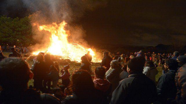 Ritual. La celebración convocó a muchas familias que fueron parte del tradicional festejo.