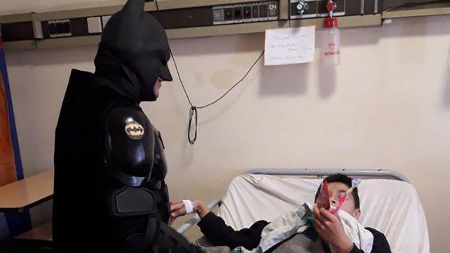 Es famoso en la zona porque se calza el traje del superhéroe de ciudad Gótica para recorrer hospitales y regalar juguetes a los chiscos y otros eventos solidarios.