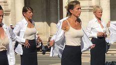 Medio centenar de azafatas protestaron por el cierre de Alitalia sacándose los uniformes en pleno centro de Roma.