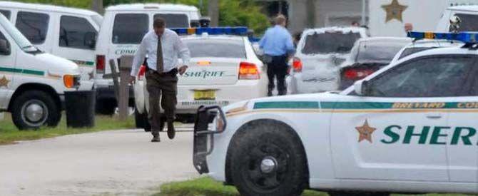 Los policías del condado de Brevard al encontrar los cadáveres en el patio y el interior de la vivienda.