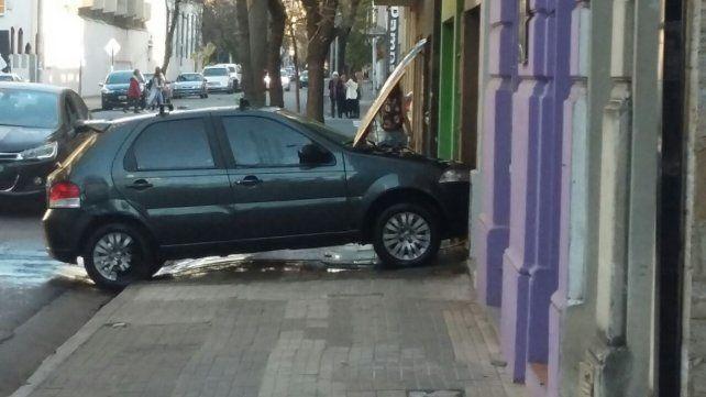 Mala costumbre. El municipio intensifica controles a quienes estacionan sobre la vereda.