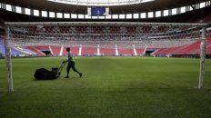Un corte y una quebrada. Ultimos retoques al césped del Mané Garrincha, de Brasilia, donde hoy inaugurarán la copa el local Brasil ante Venezuela, que registró 13 casos.