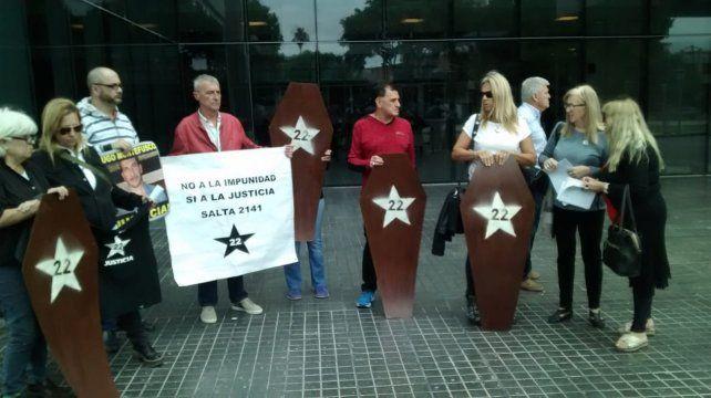 Familiares de las víctimas de la explosión de Salta 2141 repudiaron la postergación del juicio