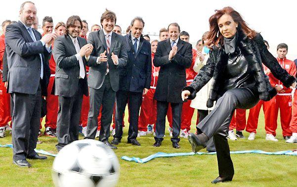 Cristina inauguró el nuevo estadio de Deportivo Morón buscando un gol en su campaña para instalar a Insaurralde.