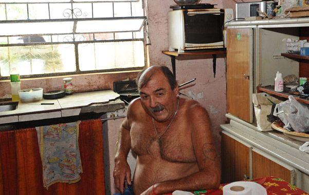 Dolor de padre. Don Diego esperaba en su casa del barrio Saénz Peña que le den el cuerpo de Emma para velarlo.