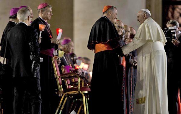 Vigilia. El Papa saluda ayer al cardenal Pietro Parolin