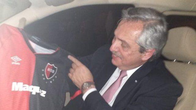Alberto Fernández posó con la camiseta de Newells y las redes explotaron