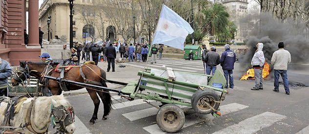 Los recolectores bloquearon las cuatro esquinas de la plaza 25 de Mayo y quemaron cubiertas.