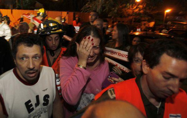 Ciudadanos israelíes corren a los refugios ante las sirenas