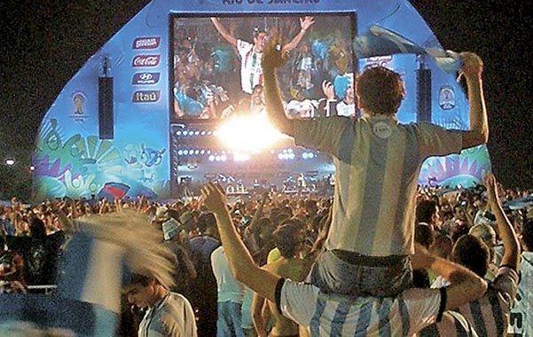 La pantalla gigante instalada en Puerto San Martín convocó a muchísima gente en el Ccrep.
