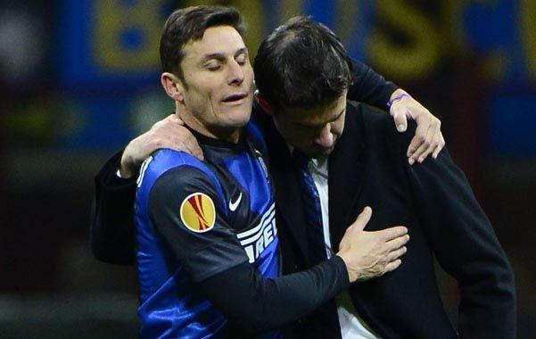 Afuera. El símbolo de Inter se retira con ayuda del campo de juego.