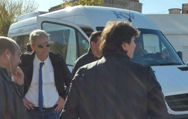 La combi en la que llegaron los dirigentes al estadio fue agredida. (Foto de archivo)