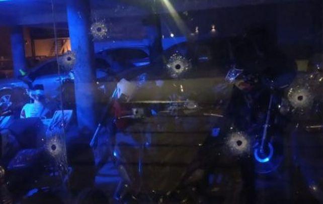 Los impactos de bala en la vidriera de la concesionaria de Funes.