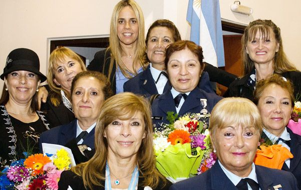 Foto grupal. Las homenajeadas posaron con la concejala Daniela León (arriba).