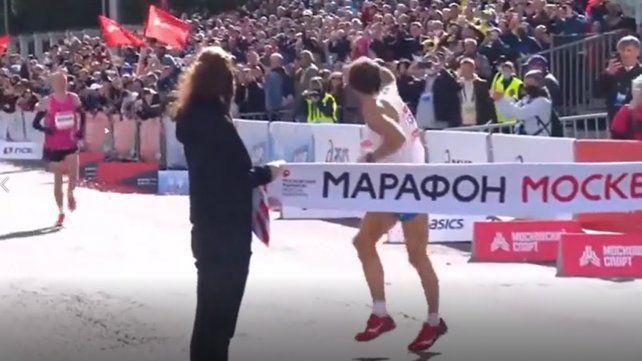Un maratonista tuvo un gesto antideportivo con un compañero y estallaron las redes