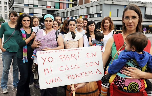 Decisión propia. Un grupo de mujeres se manifestó ayer por el centro de la ciudad.