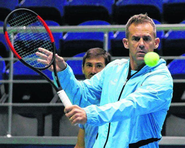 Práctica. Orsanic agarró la raqueta en el primer entrenamiento en la sede de la serie.