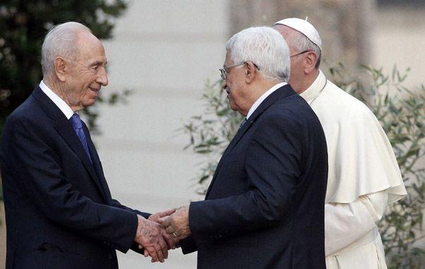 Ultimo acto. Shimon Peres saluda a Abbas y al Papa Francisco este domingo en El Vaticano.