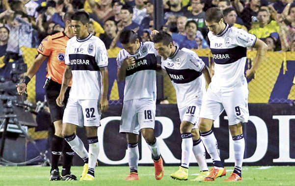 El primero. Jorge Rojas es saludado por sus compañeros triperos tras convertir el primer gol de Gimnasia.