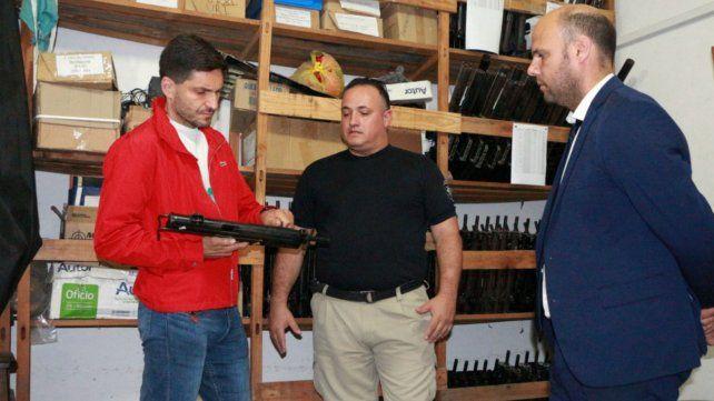 El ministro de Seguridad sostiene una de las armas que fueron entregadas para destrucción.